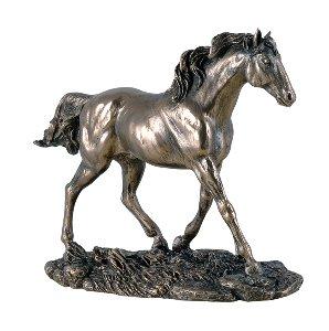 Pferd über Wiese gehend, klein,